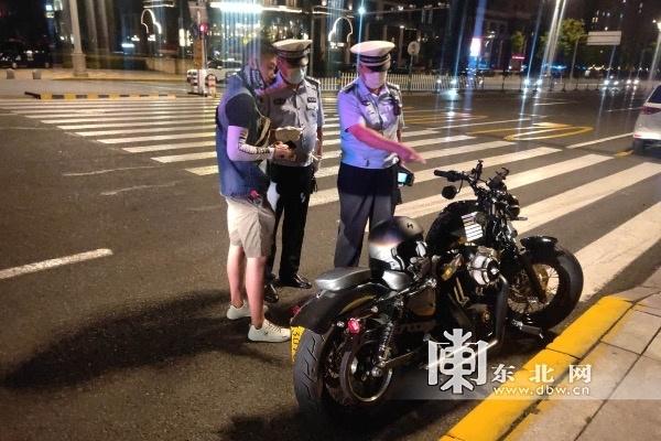男子套牌玩摩托车