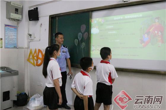 """云南瑞丽边检站民警走进校园与中缅学生一起过""""六一"""""""