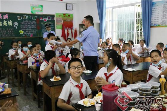 """云南瑞丽边检站民警走进校园与中缅学生一起过""""六一""""v"""
