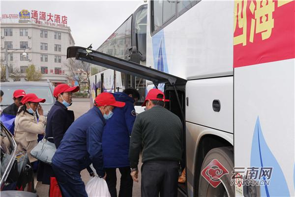 务工人员有序登上大巴专车前往目的地。