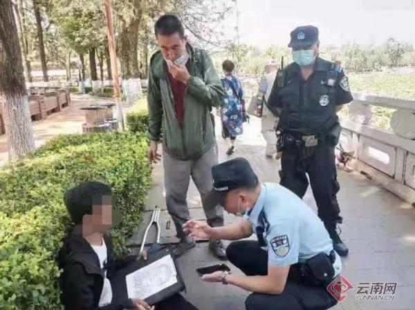 民政人员救助流浪汉五华民政供图